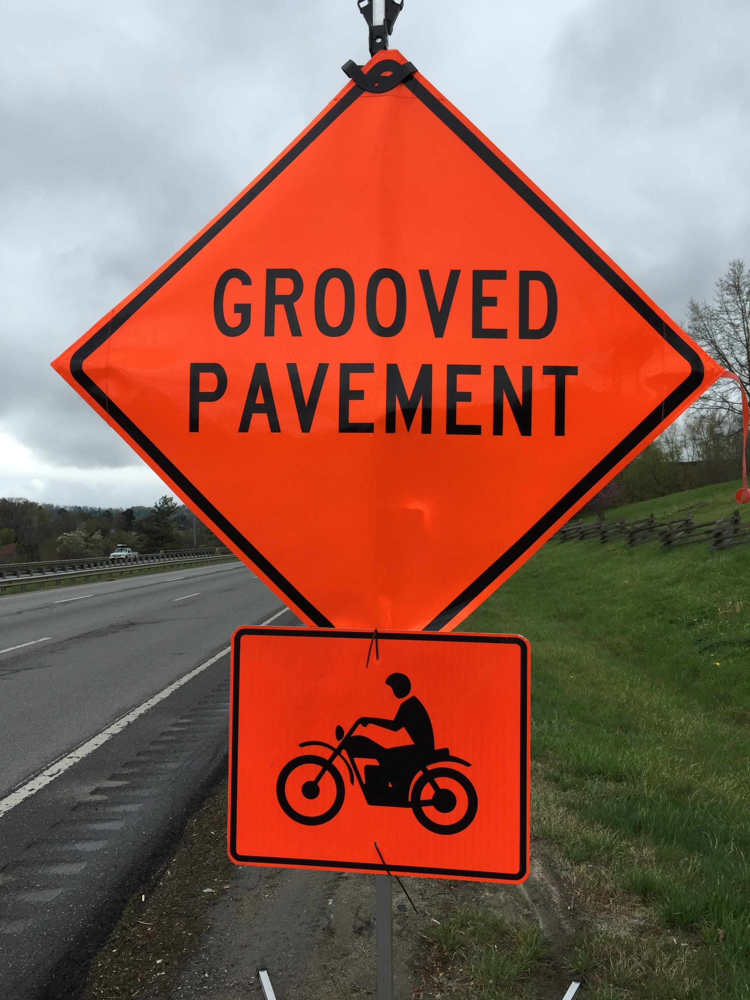 Grooved pavement road sign